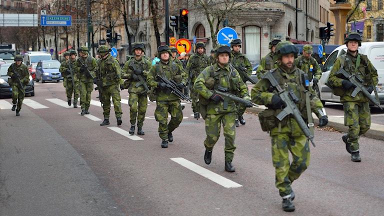 Soldater på en av Stockholms gator. Foto: Henrik Montgomery/TT