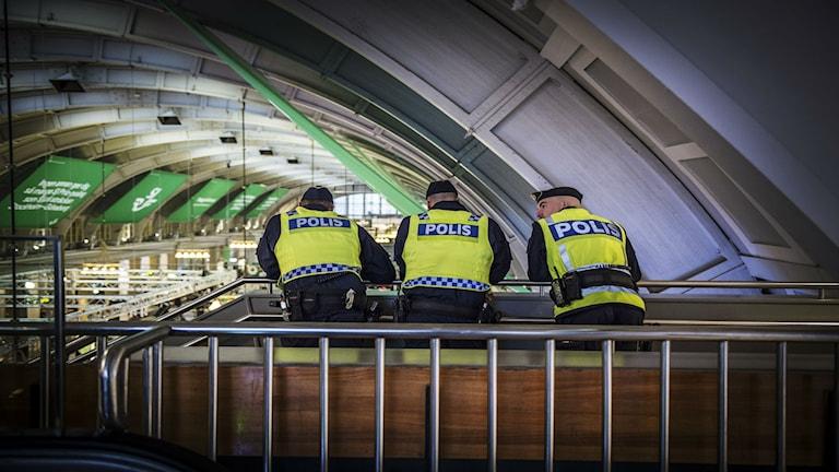 Poliser patrullerar Stockholms centralstation på torsdagen Terrorhotnivån i Sverige höjdes på onsdagen från tre till fyra på en femgradig skala. Foto: Yvonne Åsell / SvD / TT