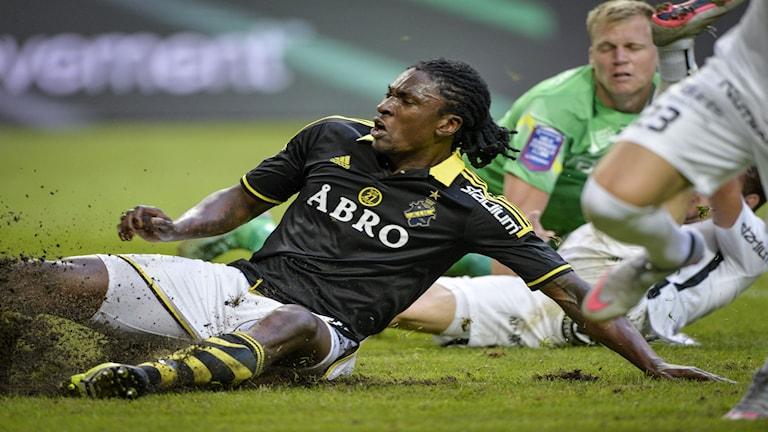 Dixon Etuhu under matchen mellan AIK och BK Häcken. Nu är han åtalad för våld och hot mot tjänsteman. Foto: Marcus Ericsson / TT
