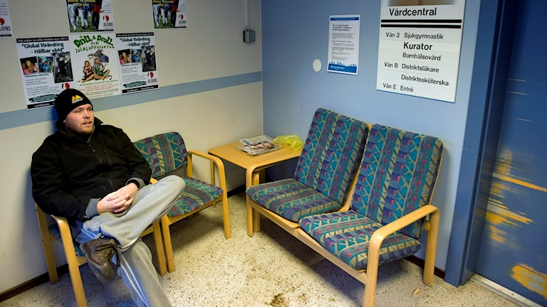 Dennis Rundkrantz sitter i Norrestads vårdcentral. Foto Björn Lindgren /TT.