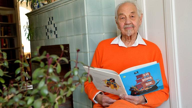 Lennart Hellsing med en av sina böcker (arkivbild). Foto: Henrik Montgomery/TT