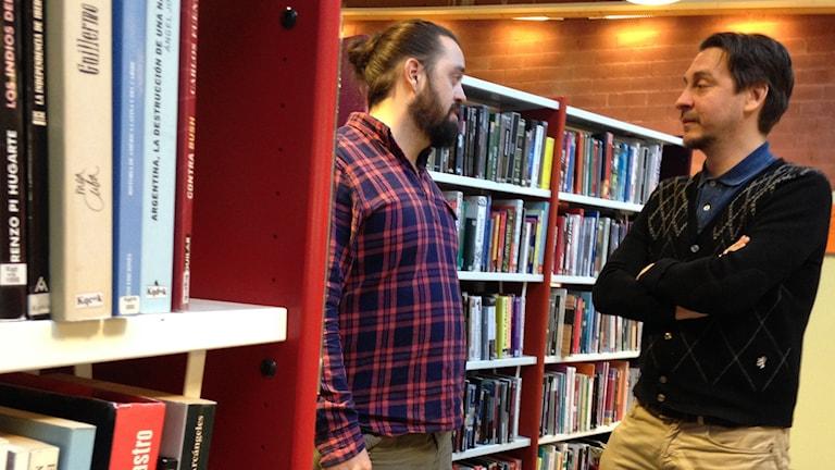 Forskaren Christian Dymén träffar Peter Björkman på Hallunda bibliotek. Foto: Mariela Quintana Melin/Sveriges Radio.