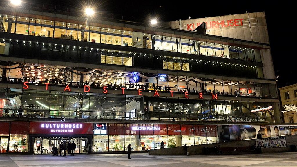 Fasaden på Kulturhuset Stadsteatern i Stockholm på kvällen. Foto Jonas Ekströmer/TT