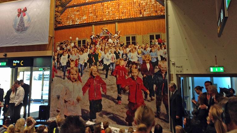 Barnens pärlplattor har satts ihop till tavla. Foto: Sveriges Radio.