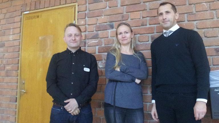 Tobias Lundberg, Pernilla Einberg, och Stig Gisslén rektor för Johan Skytteskolan. Foto: Peter Johansson/Sveriges radio