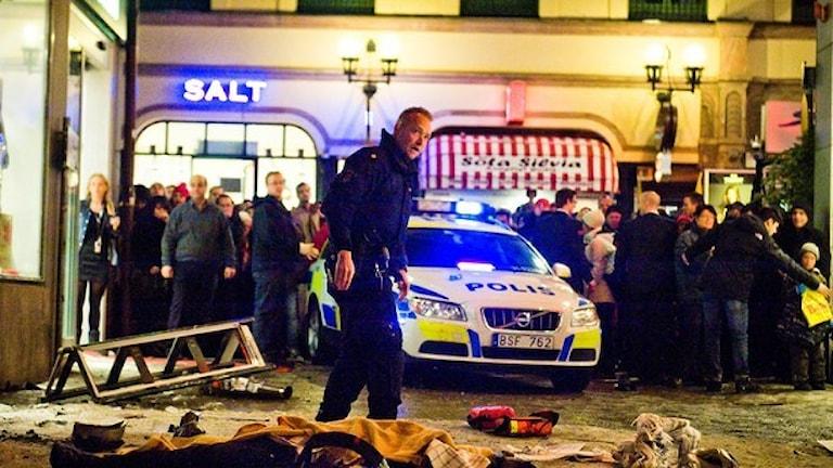 Självmordsbombaren sprängde sig själv på Bryggargatan i centrala Stockholm. Hela Drottninggatan spärrades av. Foto: Magnus Hjalmarson Neideman/TT.
