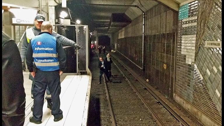 Resenärer evakueras i tunnelbanan. Foto: Alex Clay.
