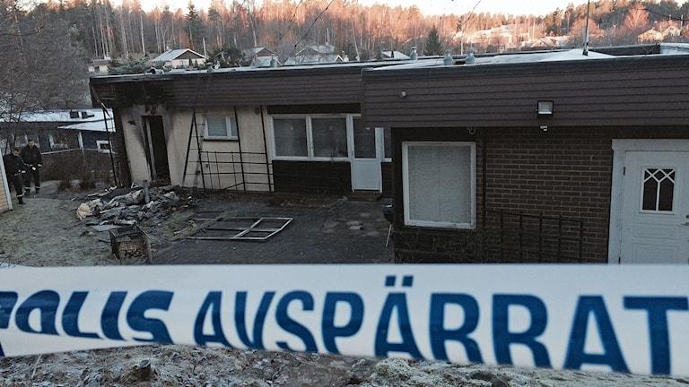 Flyktingboende i Södertälje förstördes inatt i en brand