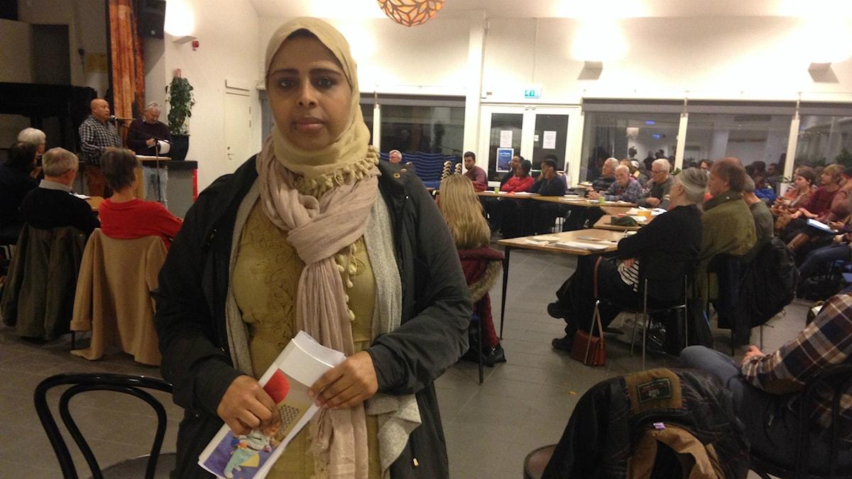 Föräldern Nagat Abubaker i Husby Träff är arg och besviken över att skolorna i Husby och Kista inte ger eleverna en rättvis chans till utbildning. Foto: Christy Chamy/Sveriges Radio.