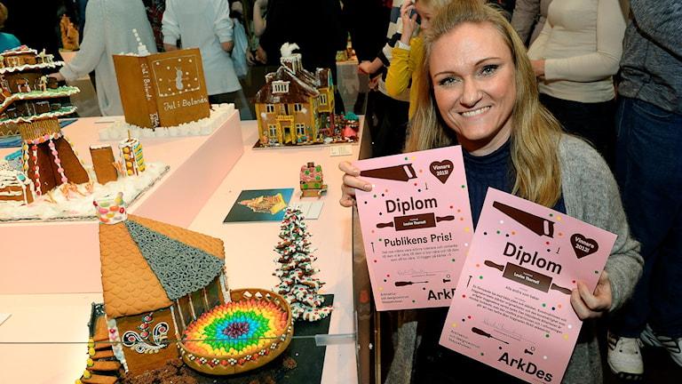 Louise Thornell med diplom samt det vinnande huset. Foto:  Foto: Anders Wiklund / TT