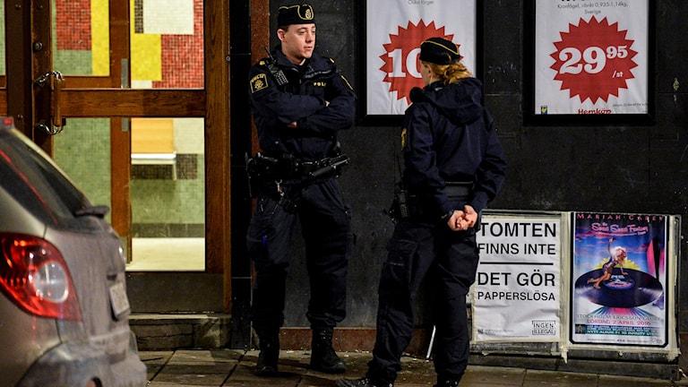 En man i 40-årsåldern har hittats död i en trappuppgång på Södermalm i Stockholm. Polisen misstänker mord. Foto: Johan Nilsson, TT.