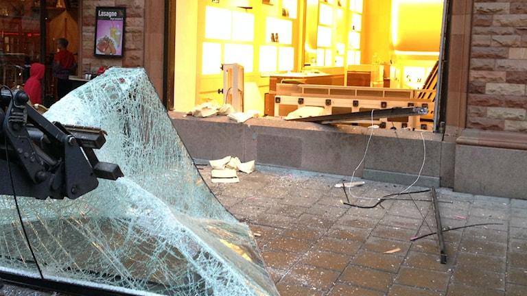 Butikens skyltfönster är helt krossat. Foto: Otto Marand/SR