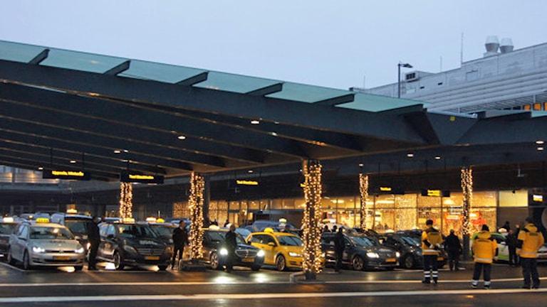 Den nya taxistationen på Arlanda har ett tak format som flygplansvingar. Foto: Swedavia