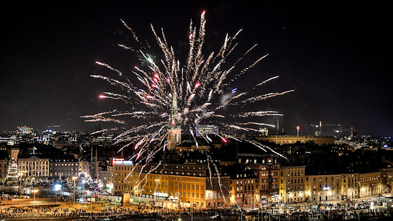 Fyrverkeri över Skeppsbron i Stockholm strax före midnatt på nyårsafton. Foto Anders Wiklund / TT
