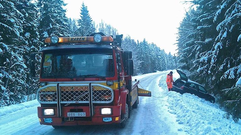 Bärgningsbil bärgar bil efter avåkning (arkivbild). Foto: August Bergkvist/Sveriges Radio