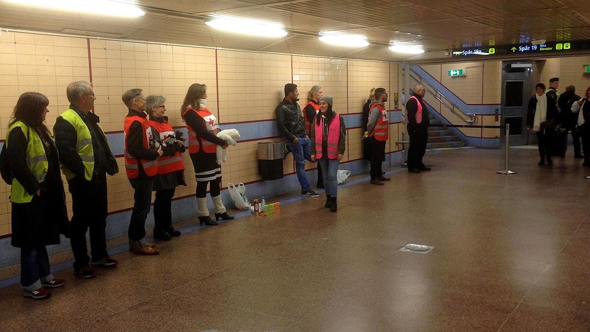 Arkivbild: Volontärer väntar på ett tåg med flyktingar på centralen. Foto: Ulf Bungerfeldt/Sveriges Radio