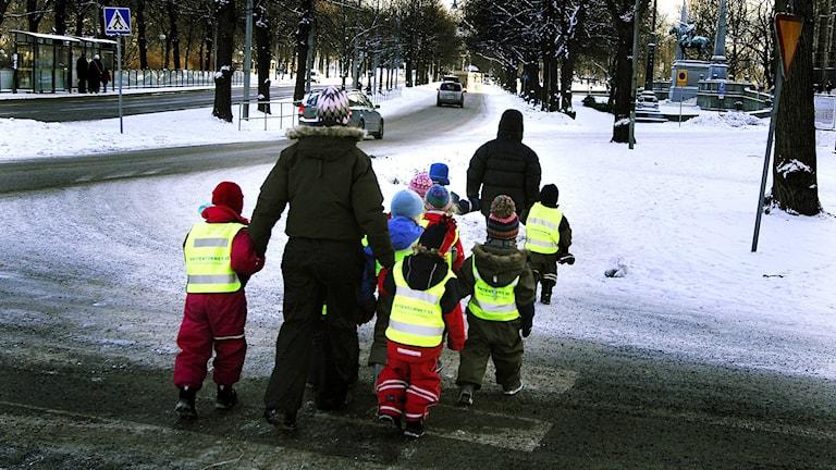 Förskolebarn på väg över ett övergångsställe. Foto. Hasse Holmberg/TT