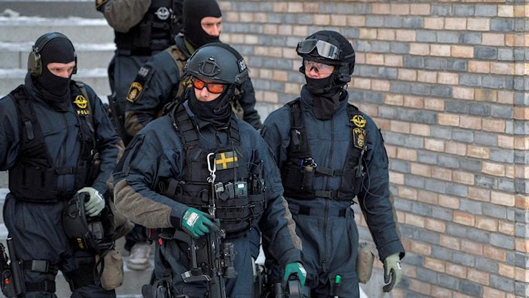 En knivbeväpnad man har låst in sig i en lägenhet, där flera andra personer befinner sig, i Rinkeby i nordvästra Stockholm. Foto: Jessica Gow / TT