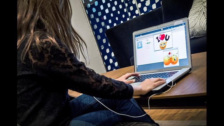 Grooming, flicka spelar dataspel.