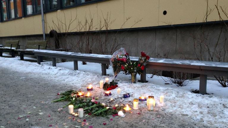 Blomkransar vid mordplatsen i Akalla. Foto: Ulf Bungerfeldt