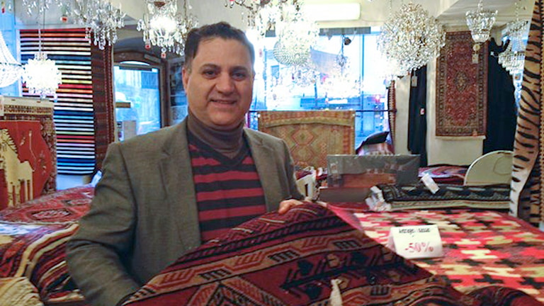 Mattexperten Habib Abedi säger att kristallerna i snön fräschar upp mattan.
