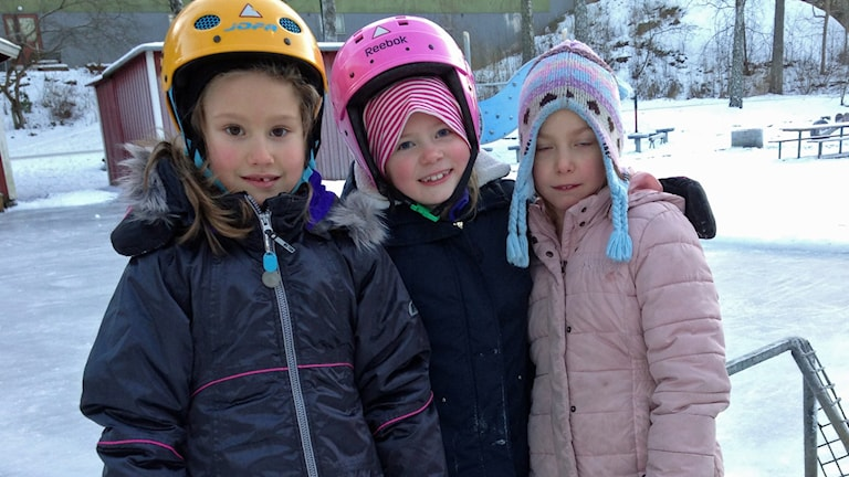 Astrid, Adéle och Thea på skridskobanan vid lekplatsen i Västertorp. Foto: Ulf Bungerfeldt/Sveriges Radio