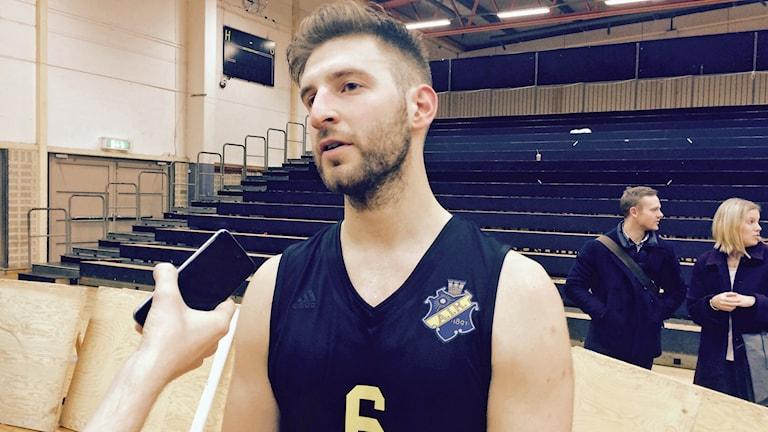 Erkan Inan i AIK basket intervjuas. Foto: Lasse Persson/Sveriges Radio