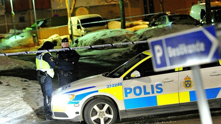 Två personer hittades på måndagen knivskurna på en parkeringsplats i Vårby. Foto: Johan Nilsson / Scanpix