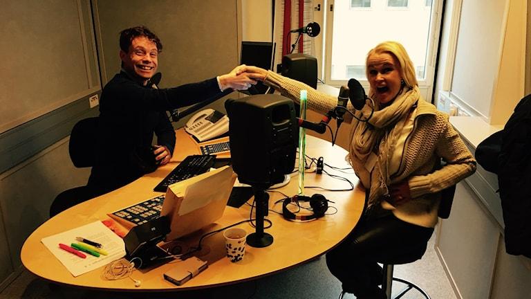 Henrik Olsson & Åsa Danielsson möts i studion varje fredag Foto: SR
