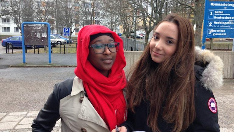 Huddingeeleverna Fatou Camara och Elif Yildiz. Foto: Ulf Bungerfeldt, P4 Stockholm