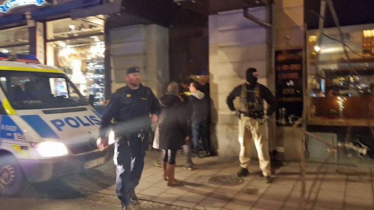 Stort polispådrag i centrala Stockholm på fredagskvällen. Foto: Sveriges Radio.