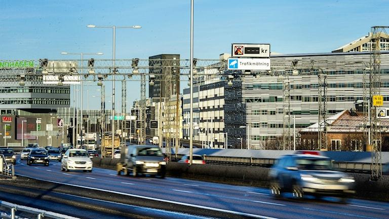 Nya betalstationer för trängselskatt på Essingeleden i Stockholm togs i bruk fr o m 1 januari 2016. Foto: Marcus Ericsson / TT
