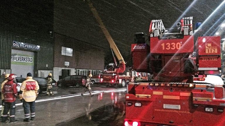 Som mest har över 40 brandmän varit engagerade i släckningsarbetet vid branden i Kallhäll.