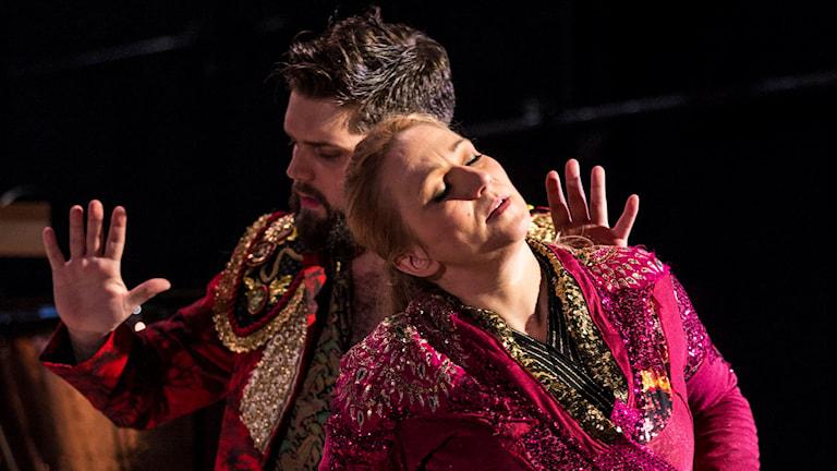 Markus Pettersson som Don José och Miriam Treichl som Carmen.