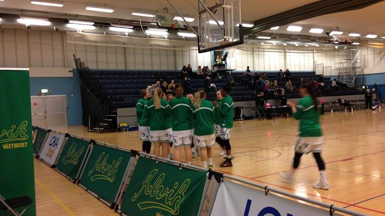 Alviks Basketdamer värmer upp. Foto: Ulf Bungerfeldt, P4 Stockholm