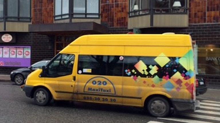 En av Taxi 020:s färdtjänstbussar på uppdrag (arkivbild).