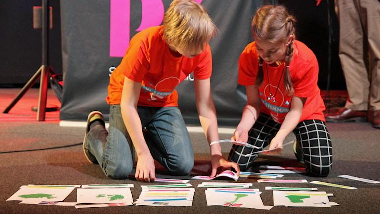 Evelina och Linus löser uppgift under Vi i femman Foto: Mats Rundbladh / Sveriges radio