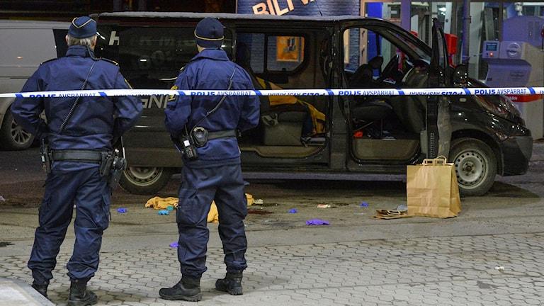 Poliser vid beskjuten bil i Fittja