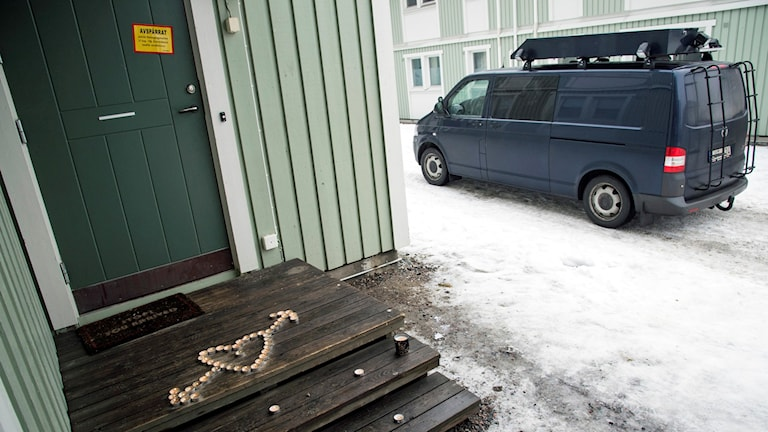 Två personer döda i Södertälje. Polisens tekniker undersöker platsen. Foto: Johan Nilsson/TT