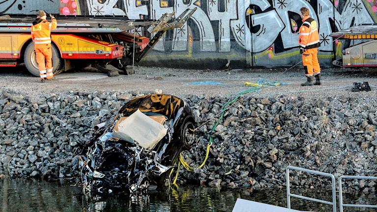 Dykare och bärgare drog upp bilen på lördagmorgon.