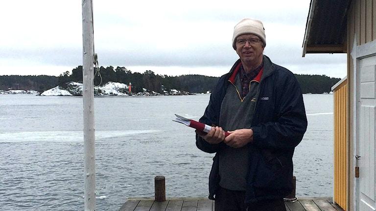 Clas Boström står på sin brygga.