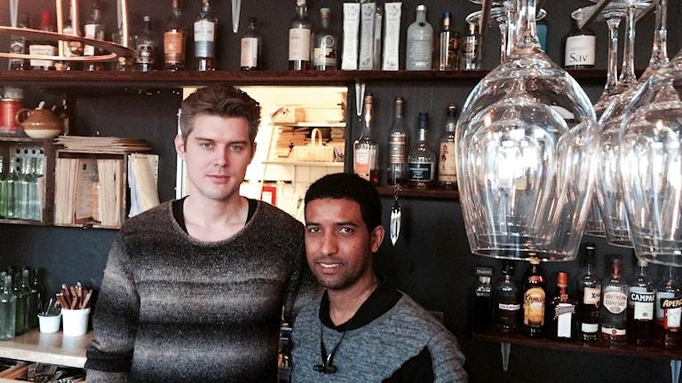 Martin Sjölander och Abbe Adam i en bar.