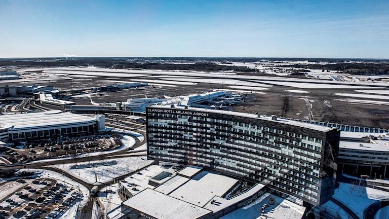 Personal på Arlanda flygplats hittade en man i en container som lastats av ett flygplan från Etiopien.