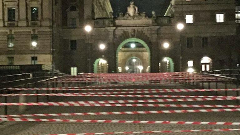 En av broarna till riksdagshuset spärrades av med 400 meter platsband.