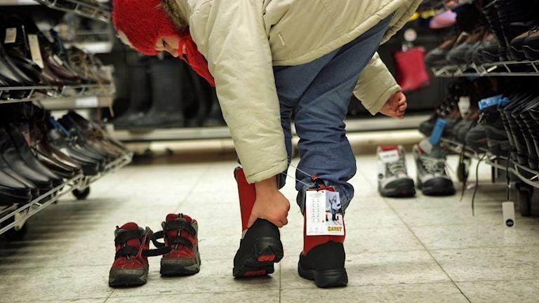 Dags att byta till vinterskor. En sjuårig flicka provar nya vinterstövlar på skoavdelningen i en stormarknad Foto Fredrik Sandberg /TT
