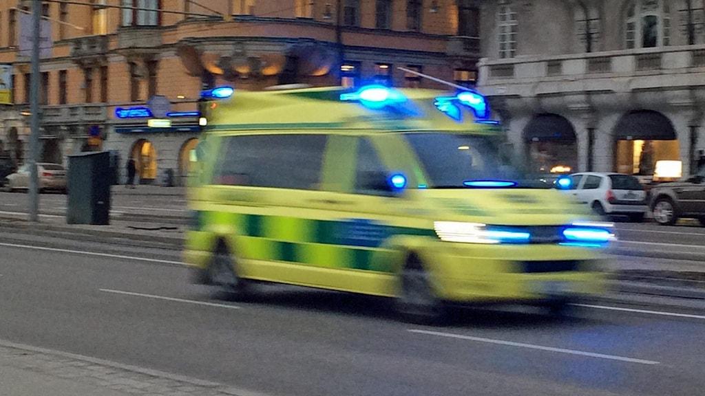 Ambulans på utryckning (arkivbild).