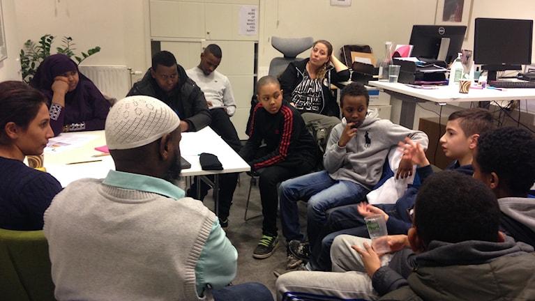 Barn, föräldrar och lokala föreningar i dialog om nya fritidsgården i Hjulsta. Foto: Christy Chamy/Sveriges Radio