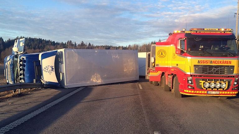 Lastbilsföraren skadades allvarligt i olyckan mellan Järna och Södertälje.