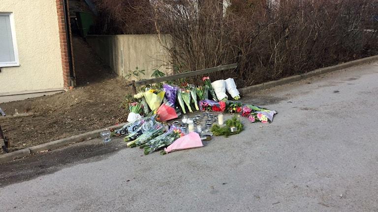 Blommor på platsen där en man sköts till döds i Bredäng