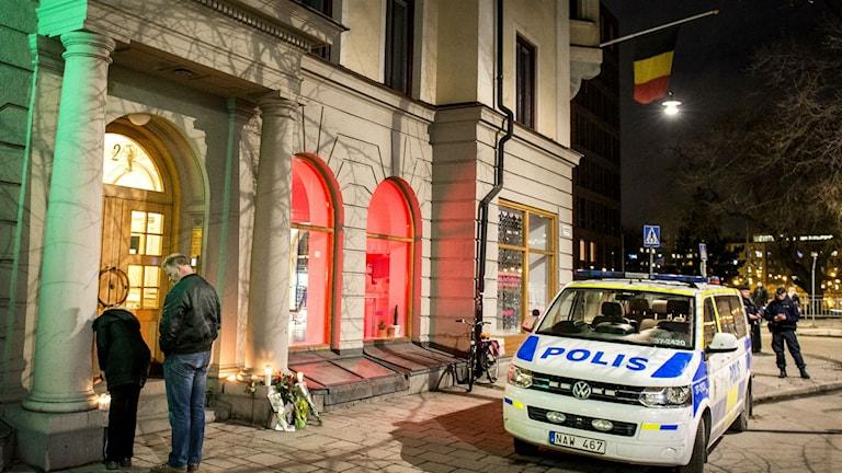 Flaggan på halv stång, polisbevakning, tända ljus och blommor utanför den belgiska ambassaden i Stockholm på torsdagskvällen. Foto: Marcus Ericsson / TT